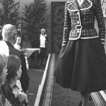 Rīgas modeļu nama tērpu demonstrējumi izstādes–pārdošanas laikā