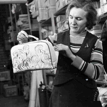 Ogres raj. patērētāju biedrības vairumtirdzn. bāzes darbiniece. 20.gs. 70.gadi