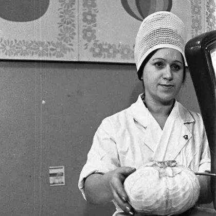 Padomju prospekta (Mālkalnes) dārzeņu veikala vecākā pārdevēja Valentīna Guļņeva. 1975. g.