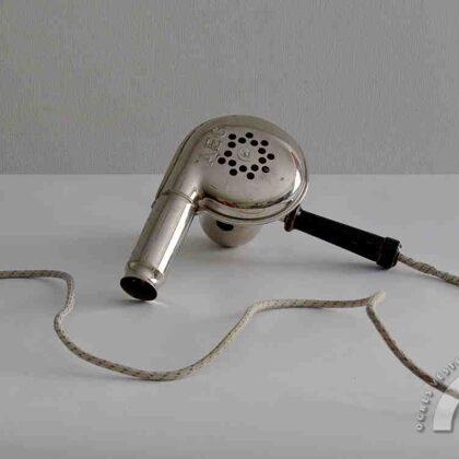 AEG uzņēmumā ražotais matu fēns. 20. gs. 30. gadi
