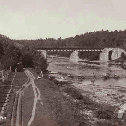 Dzelzceļa tilts, priekšplānā nēģu tači, 20. gs. 30. gadi